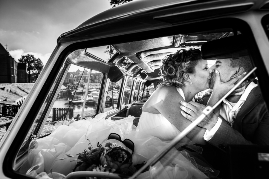 Bruidspaar in Volkswagen Bus