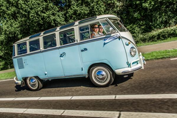 Bruidspaar in Volkswagen T1
