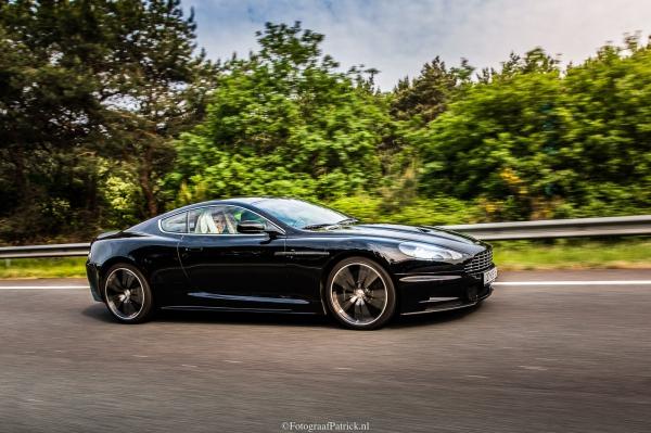 Bruidspaar in Aston Martin
